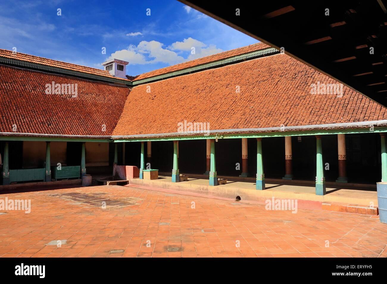 old-house-at-chettinad-near-karaikudi-tamil-nadu-india-ERYFH5.jpg