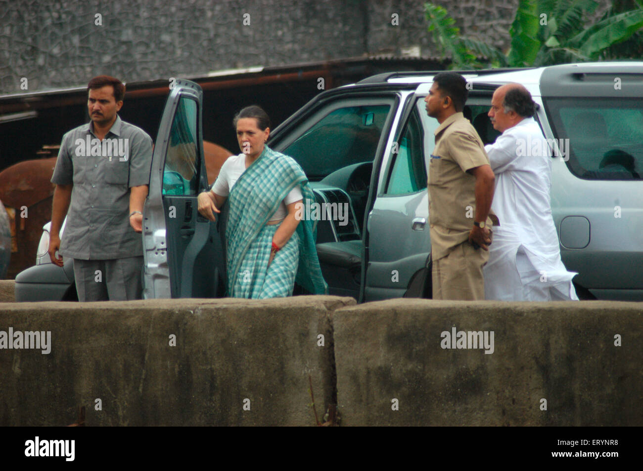 Sonia Gandhi with Congress Member of Parliament Gurudas Kamat visit Mithi river at Kurla which overflowed Bombay - Stock Image