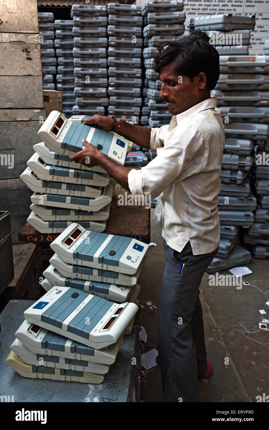 Worker put electronic voting machine in elections at Bombay Mumbai ; Maharashtra ; India NO MR 15 April 2009 - Stock Image