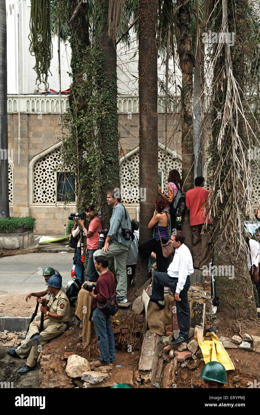 Journalists police and relatives of hostages outside Taj Mahal hotel after terrorist attack by deccan mujahedeen - Stock Image