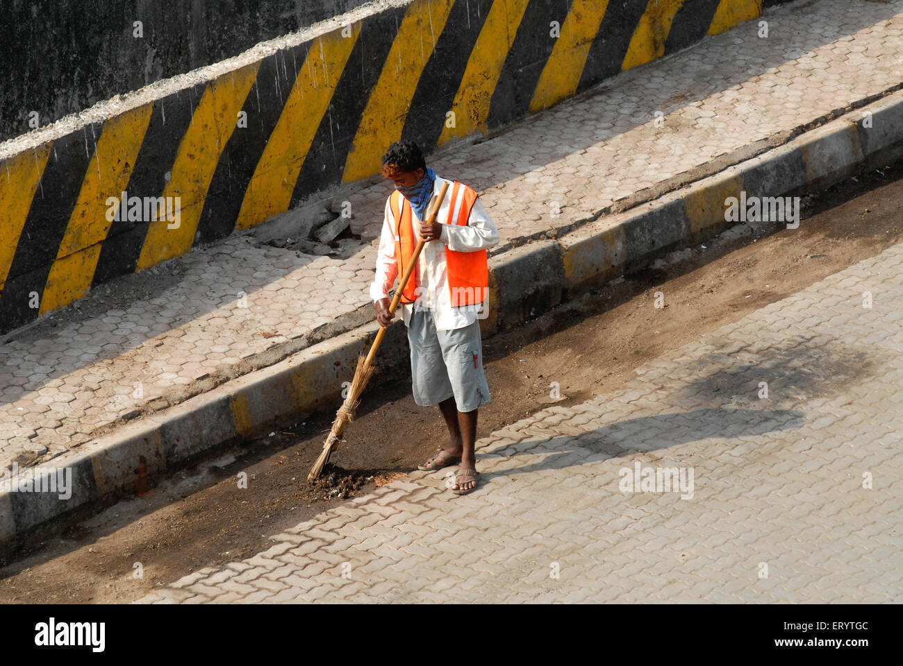 Labourer cleaning roads in Bombay Mumbai ; Maharashtra ; India - Stock Image