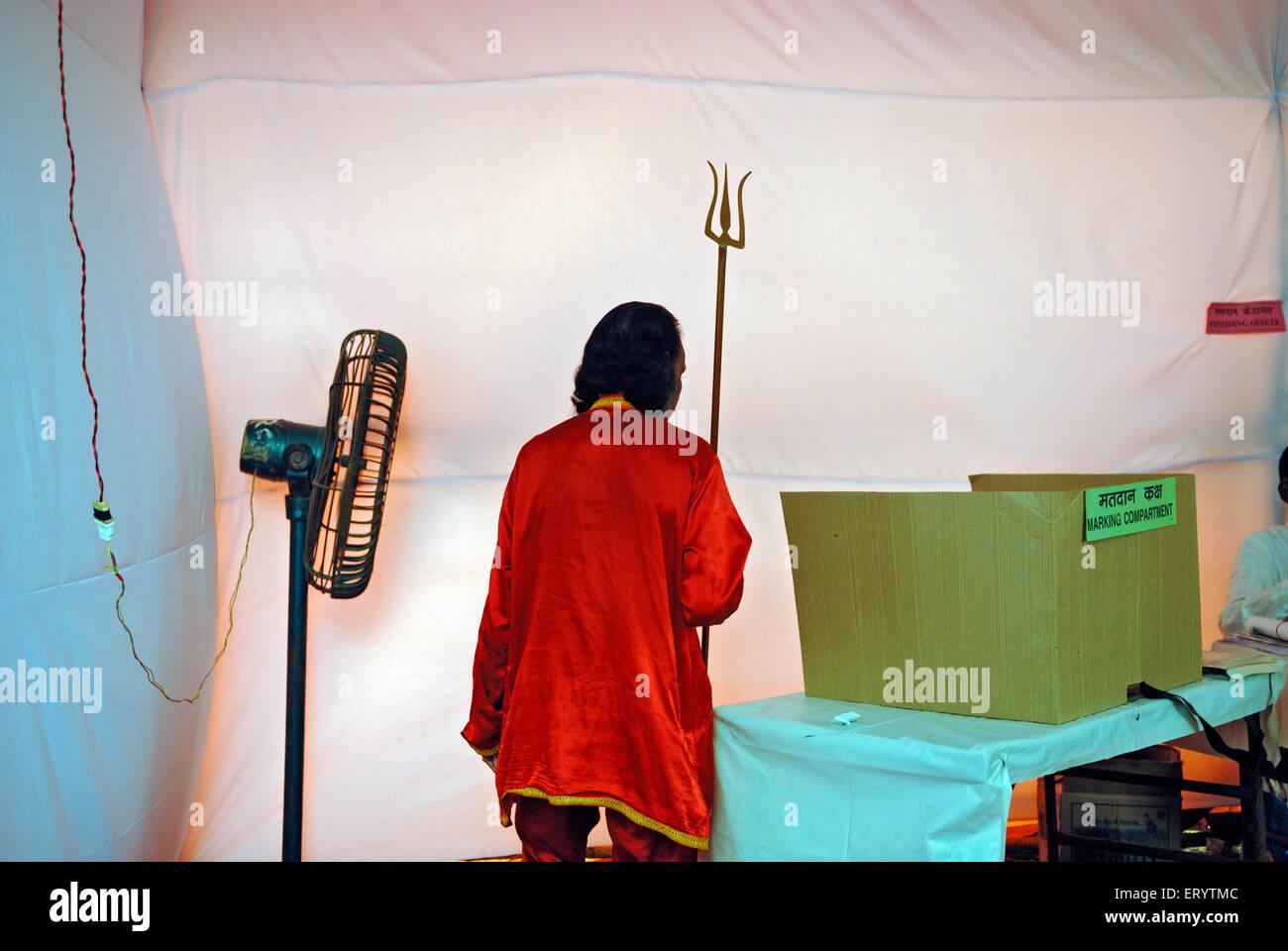 Voter carrying weapon in polling booth Bombay ; Mumbai  ; Maharashtra   ; India 13 10 2009 - Stock Image