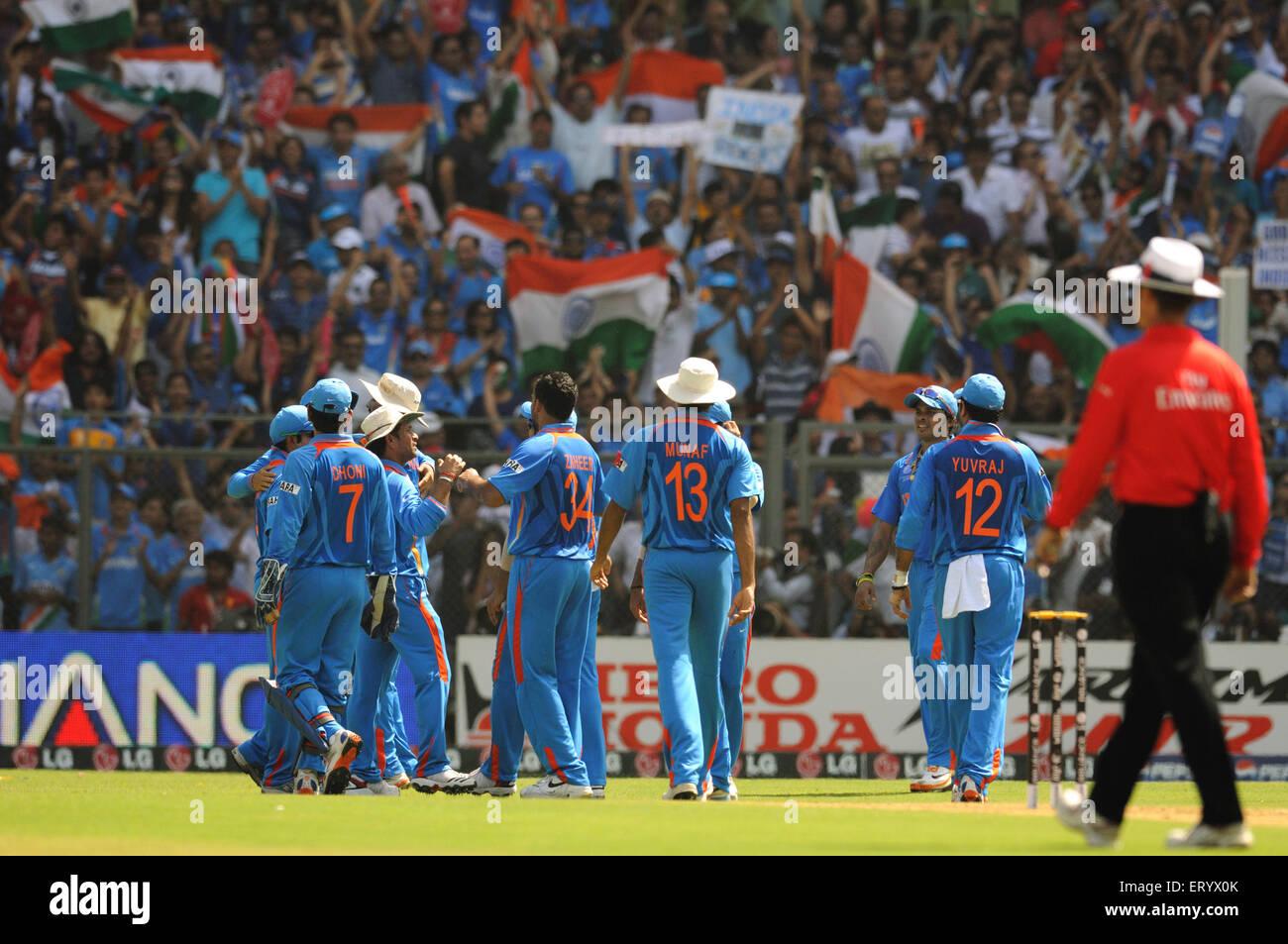 cricket team celebrate wicket Sri Lanka batsman Upul Tharanga ICC Cricket World Cup finals Wankhede stadium Mumbai - Stock Image