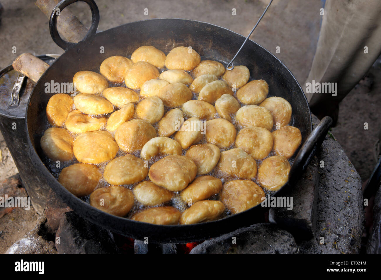 making of Factories in a roadside stall as fast food - Stock Image