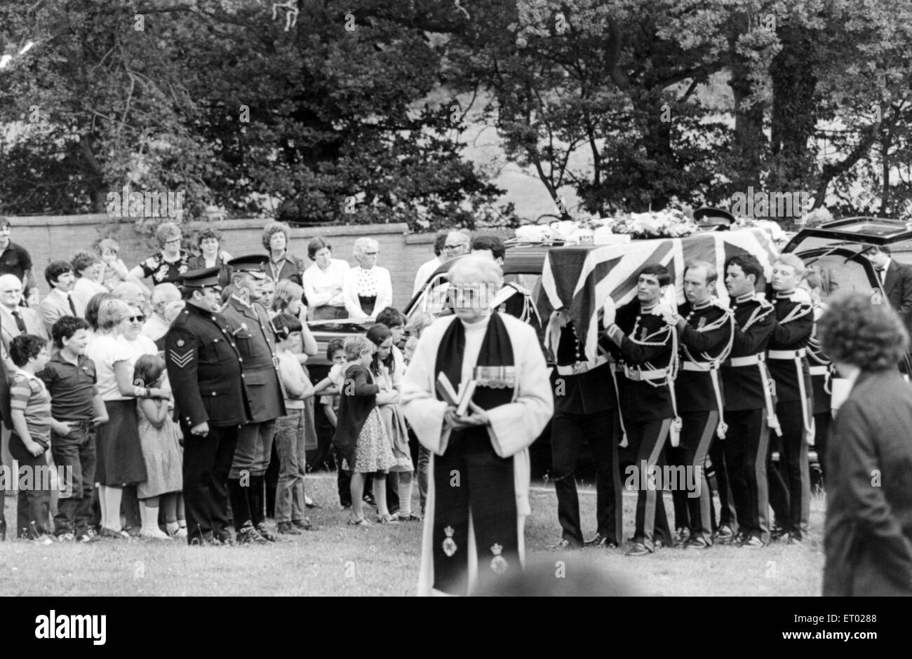 The coffin of Lance Corporal Jeffrey Young is carried by members of The Blues and Royals to the grave in Tonyrefail - Stock Image