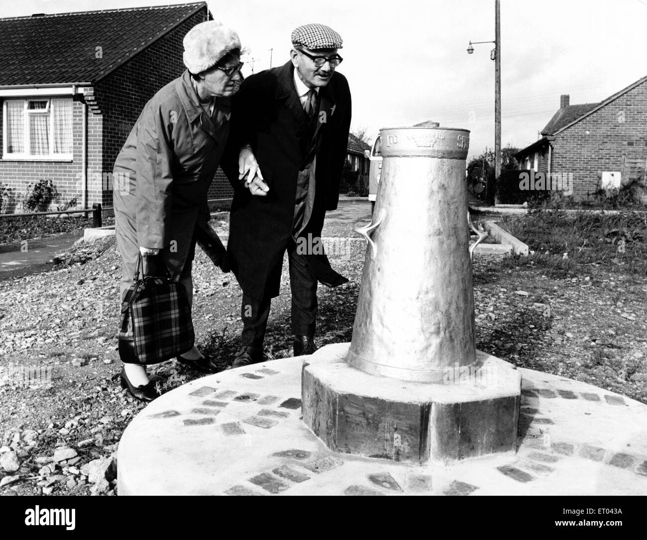 Mr and Mrs Caswell look at the Silver Jubilee Churn that was erected near Gillingham in Dorset. 12th November 1977. Stock Photo