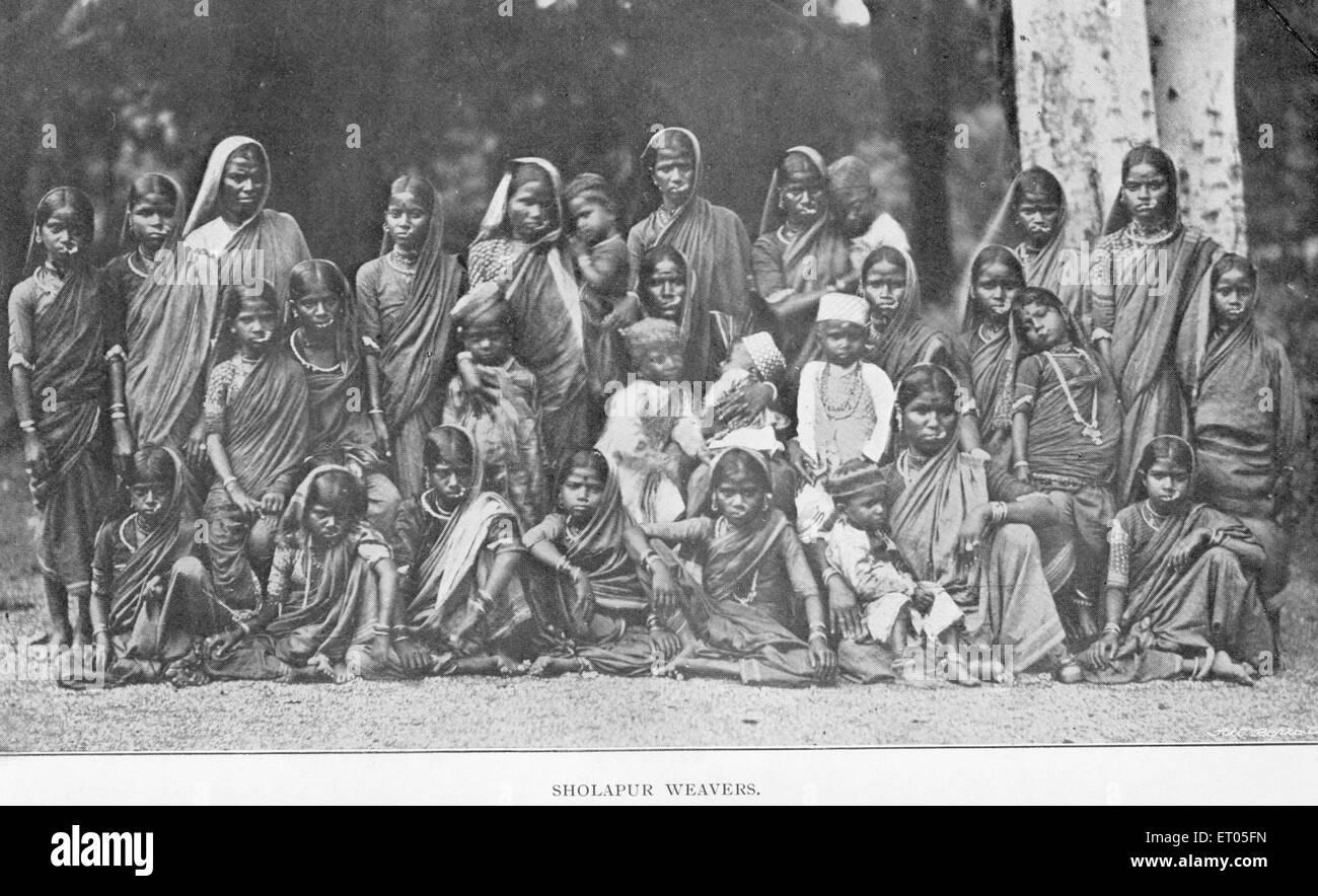 Famine districts ; Sholapur weavers ; Maharashtra ; India NO MR - Stock Image