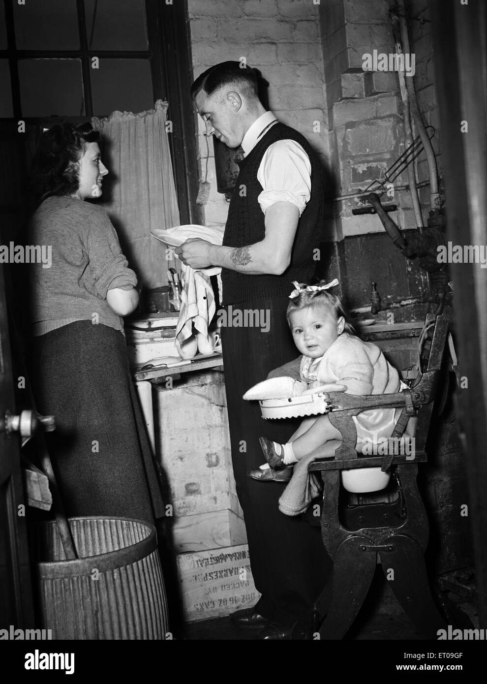 Leicester football team, FA Cup Finalists. Ted Jelly at home with wife and baby girl. 31st March 1949. - Stock Image