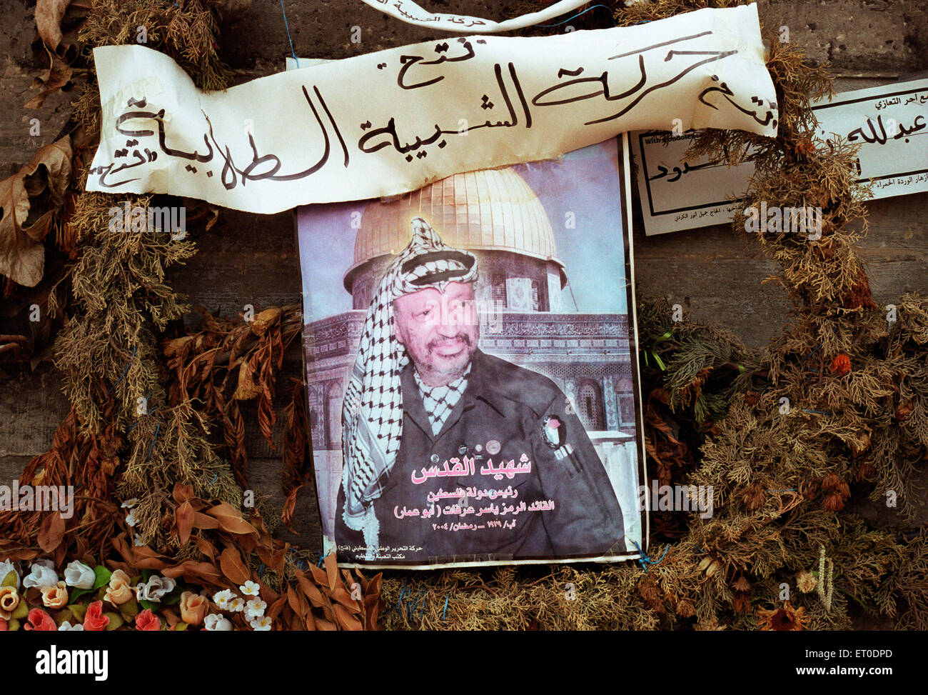 Picture of Yasser Arafat in a flower wreath - Stock Image