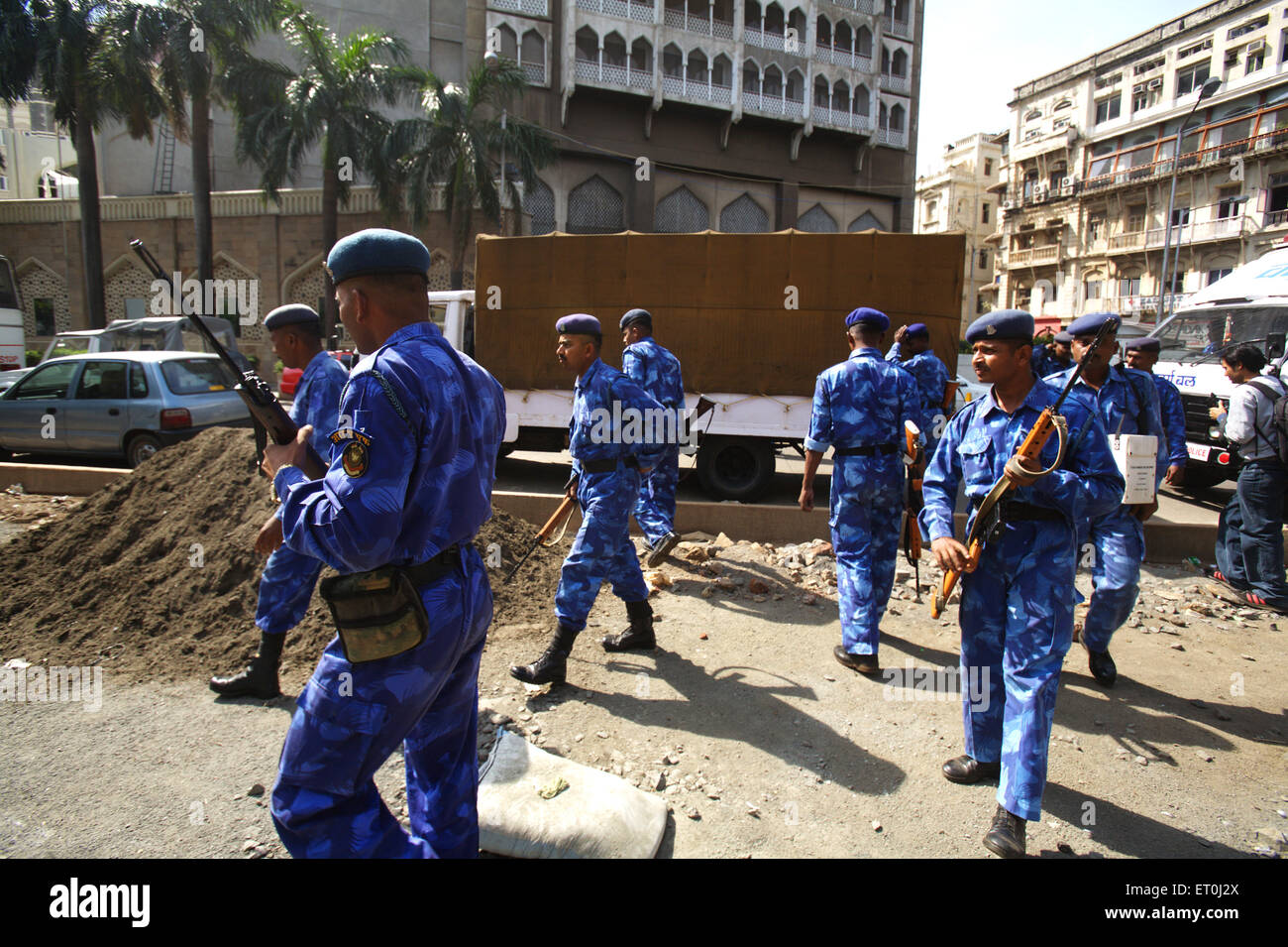 Personnel of Rapid Action Force outside Taj Mahal hotel during terrorist attack by Deccan Mujahideen ; Bombay - Stock Image