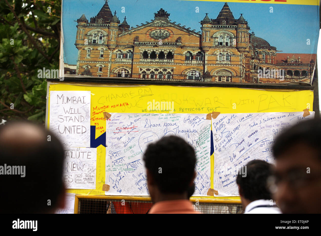 Onlookers read messages memory victims killed in terrorist attack Deccan Mujahedeen 26th November 2008 in Bombay - Stock Image