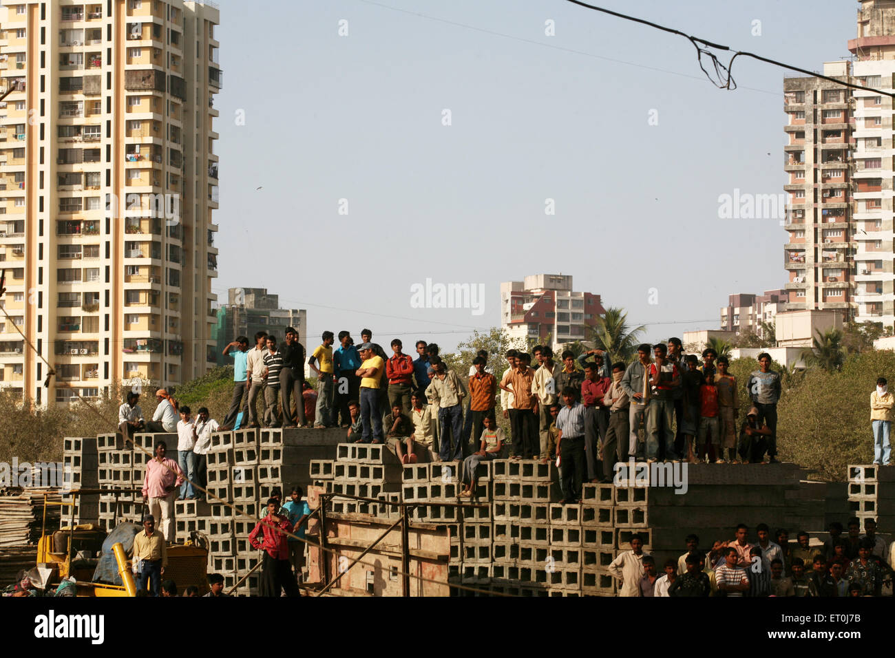 Onlookers watching the fire which broke out at the Mhada colony ; Versova ; Andheri ; Bombay now Mumbai ; Maharashtra - Stock Image
