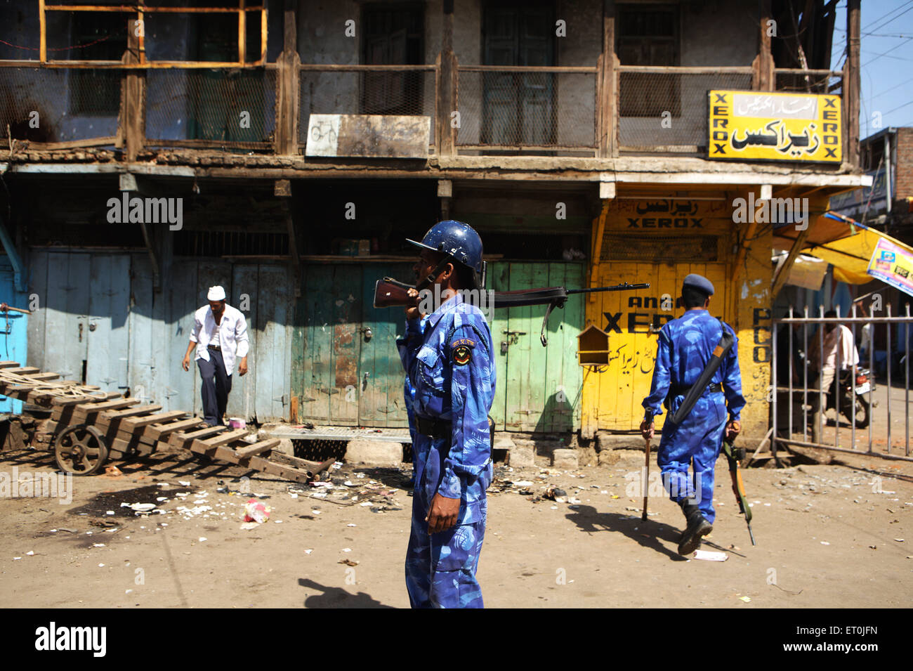 Shopkeeper monitoring losses property commandoes Rapid Action Force vigil bomb blast 29th September 2008 ; Malegaon - Stock Image
