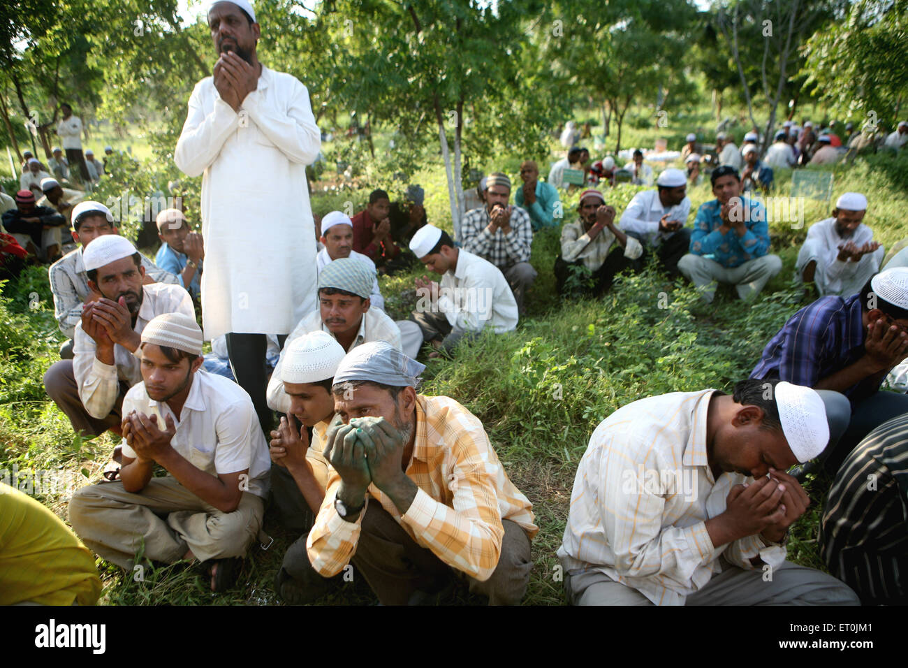 People praying during burial family members died in powerful bomb blast 29th September 2008 at Malegaon ; Maharashtra - Stock Image