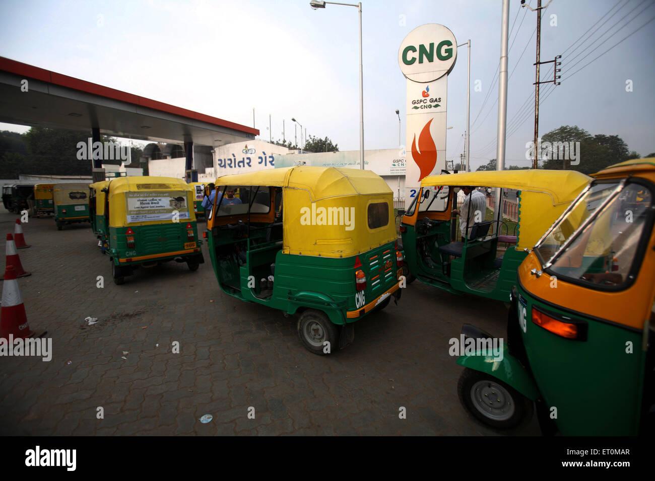 Auto rickshaws refilling fuel at CNG petrol pump ; India - Stock Image
