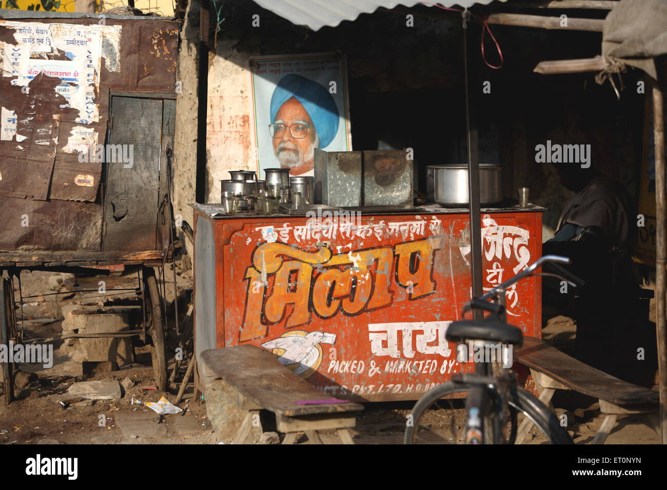 Photograph of dr. manmohan singh at roadside tea stall ; India NOMR - Stock Image
