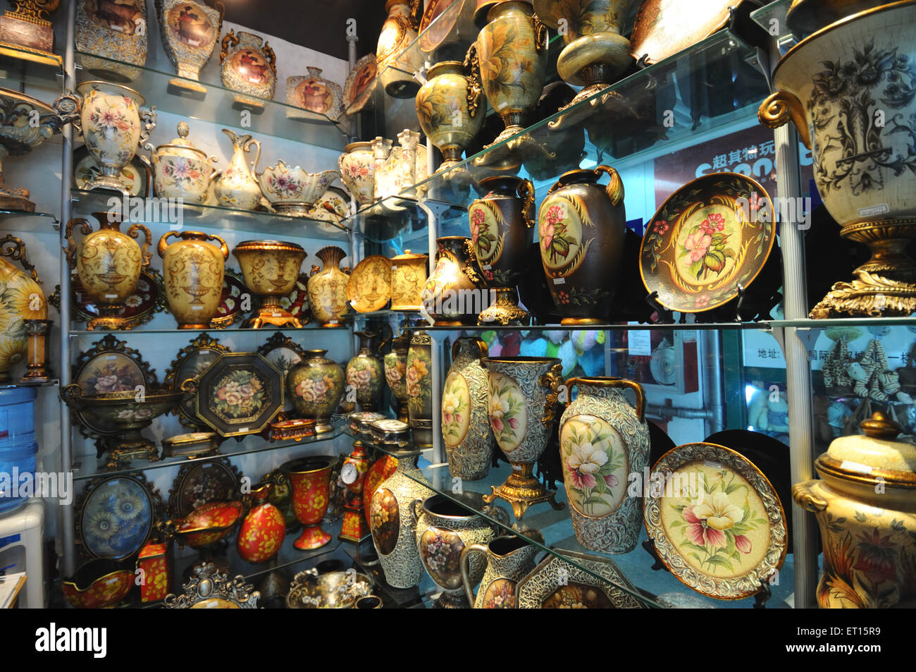Display of ceramic items in chinese shop ; Yiwu ; China - Stock Image