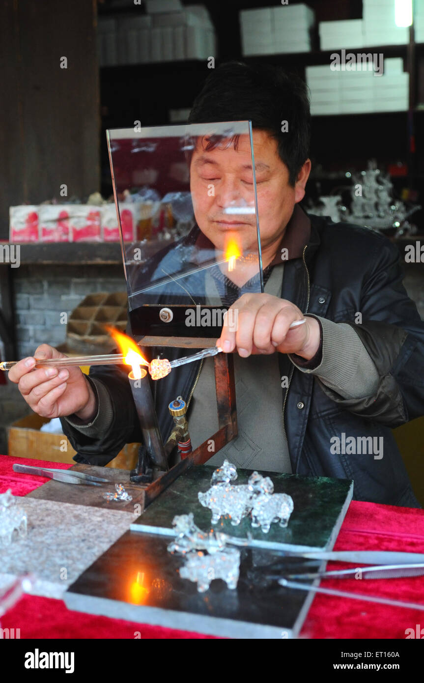 Glass sculptor ; Dong Yang ; China NO MR - Stock Image