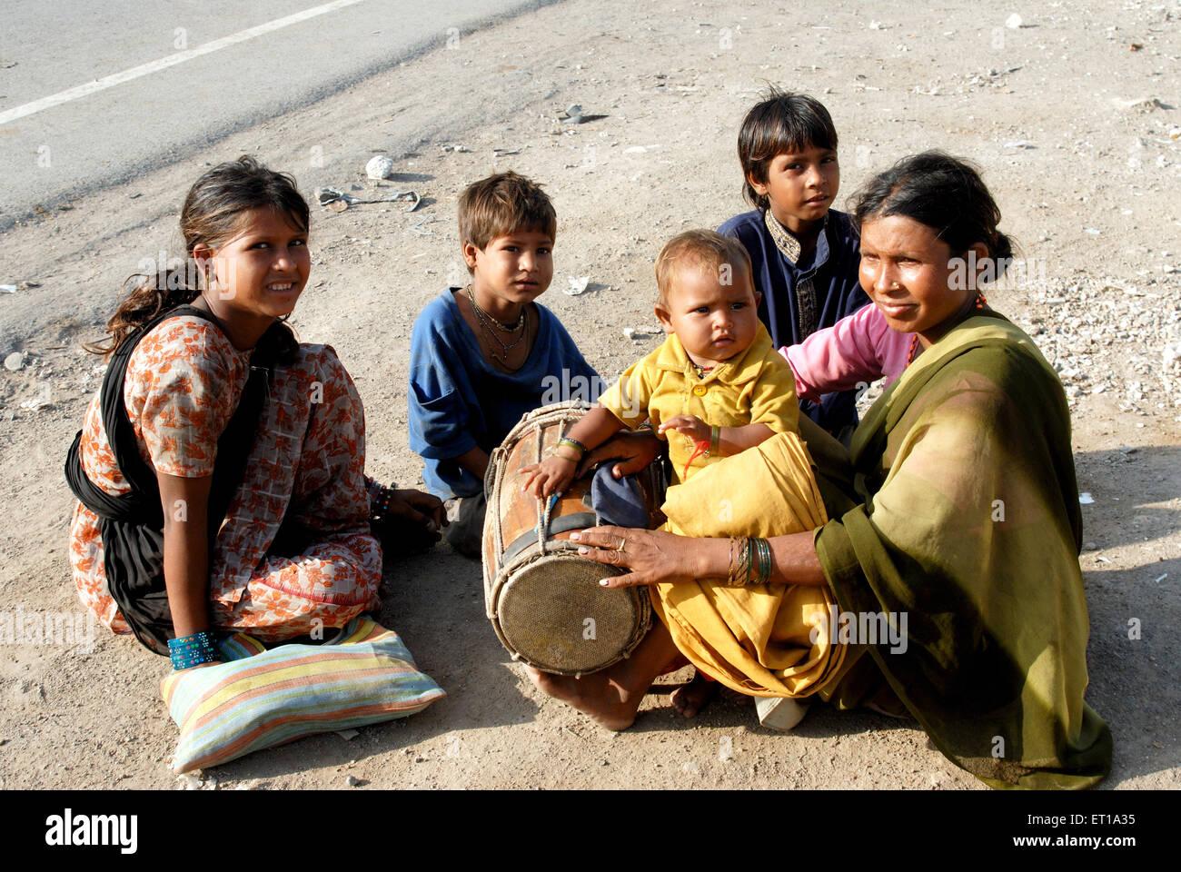 Family of street performer ; Gujarat ; India NOMR - Stock Image