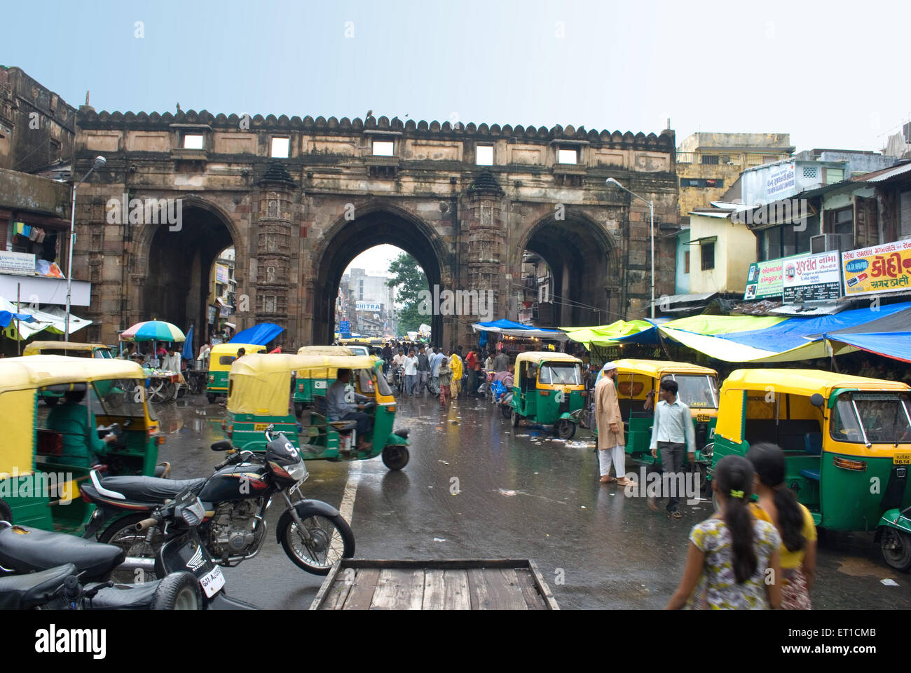 Market scene in monsoon at teen darwaza ; Ahmedabad ; Gujarat ; India - Stock Image
