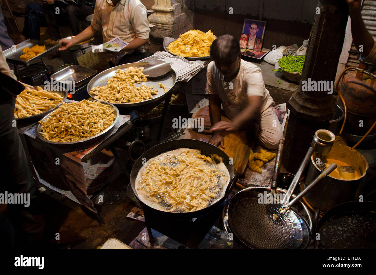 Shopkeeper engaged in frying Fafda Ahmedabad Gujarat India Asia - Stock Image