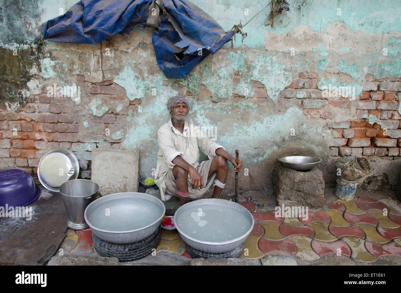 man cleansed utensils Ahmedabad Gujarat India Asia - Stock Image