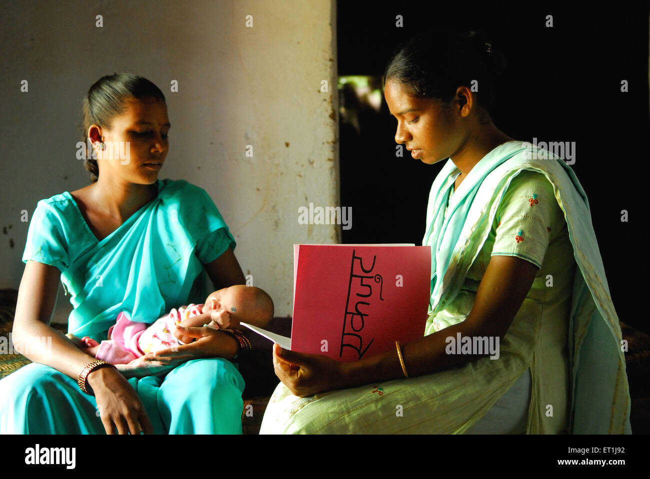 Volunteer talking to ho tribes woman ; Chakradharpur ; Jharkhand ; India NO MR - Stock Image