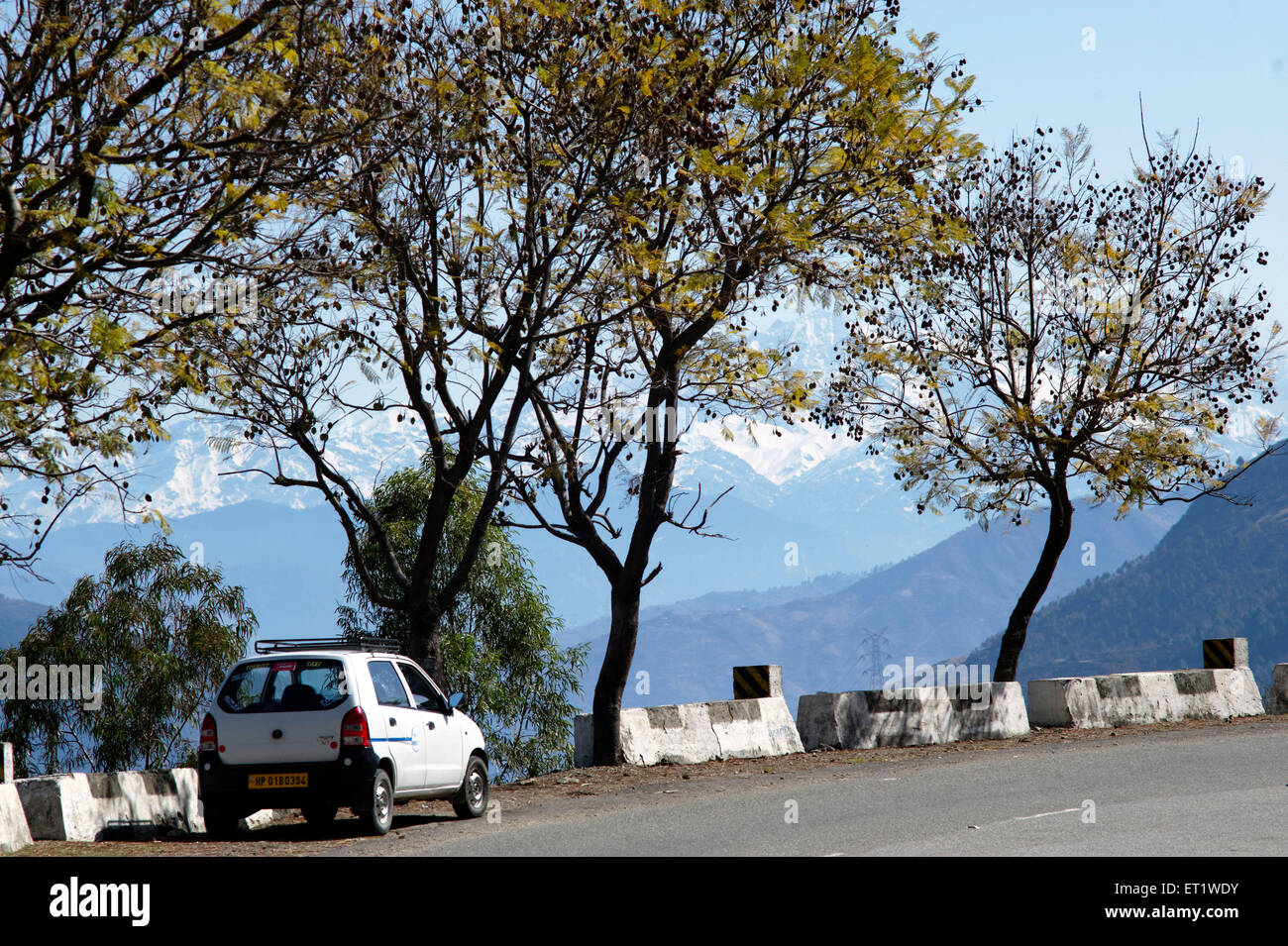 car on street shimla himachal pradesh india Asia - Stock Image