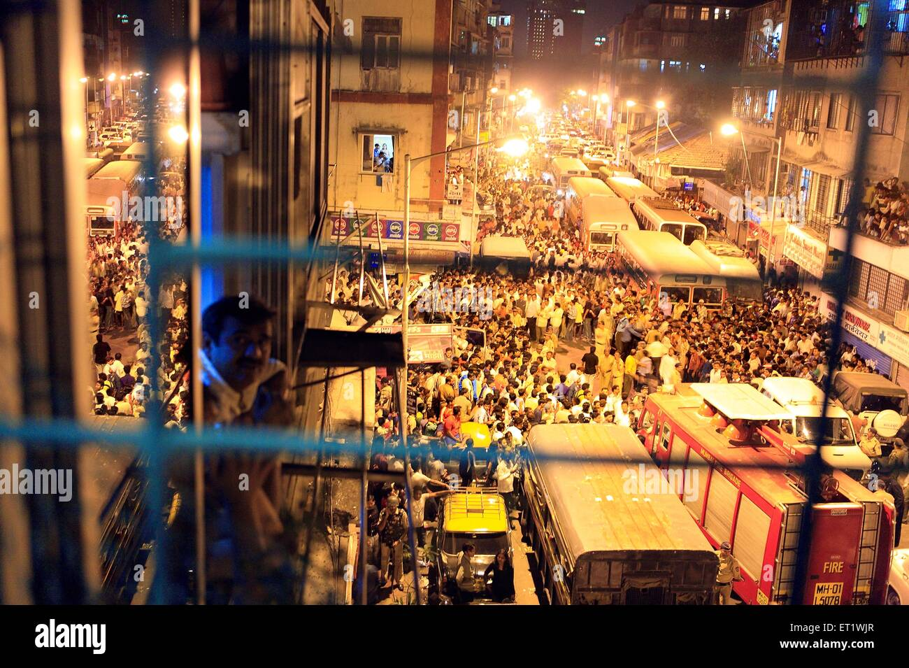 Onlookers rejoice outside Nariman house after terrorists were killed during recent bomb blasts on 26th November - Stock Image