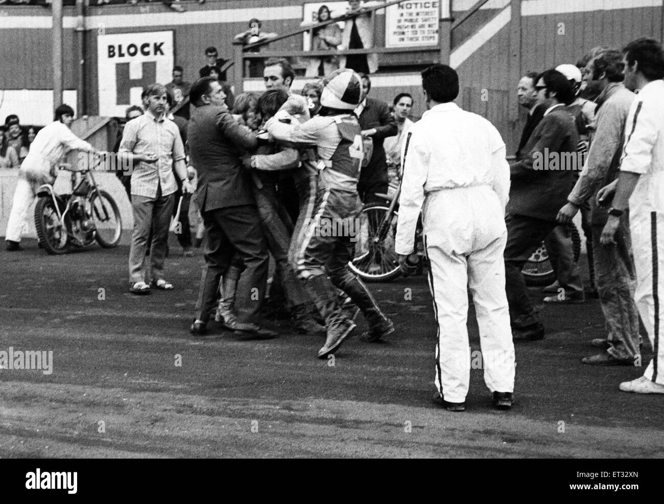 Flare up at Belle Vue. Officials rush in to separate Belle Vue rider Alan Wilkinson and Leicester's Alan Cowland - Stock Image