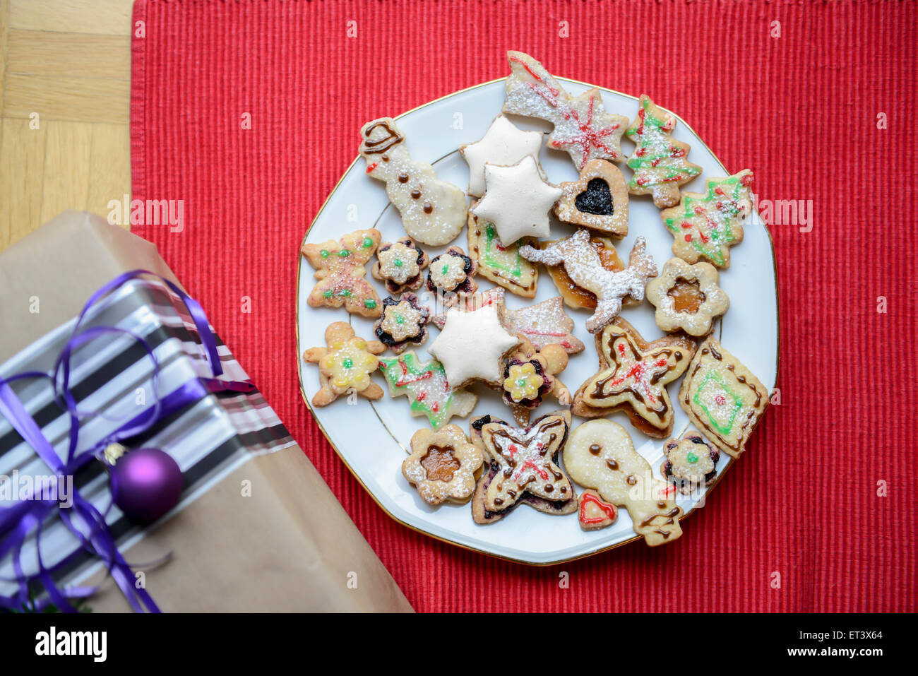 High angle view of gift box and gingerbread Christmas cookies in ...