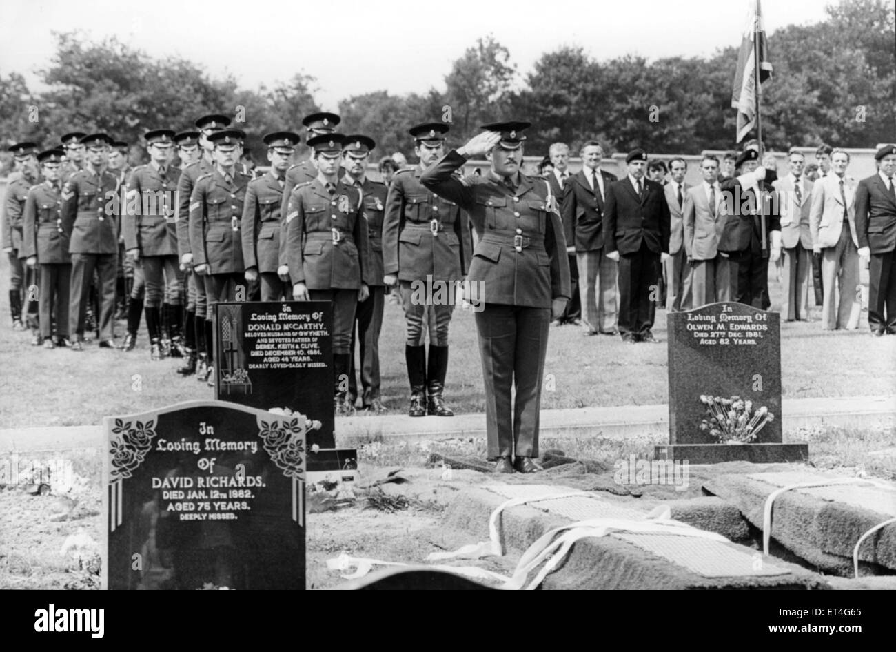 Members of The Blues and Royals form a line at the grave of Lance Corporal Jeffrey Young to pay their last respects - Stock Image