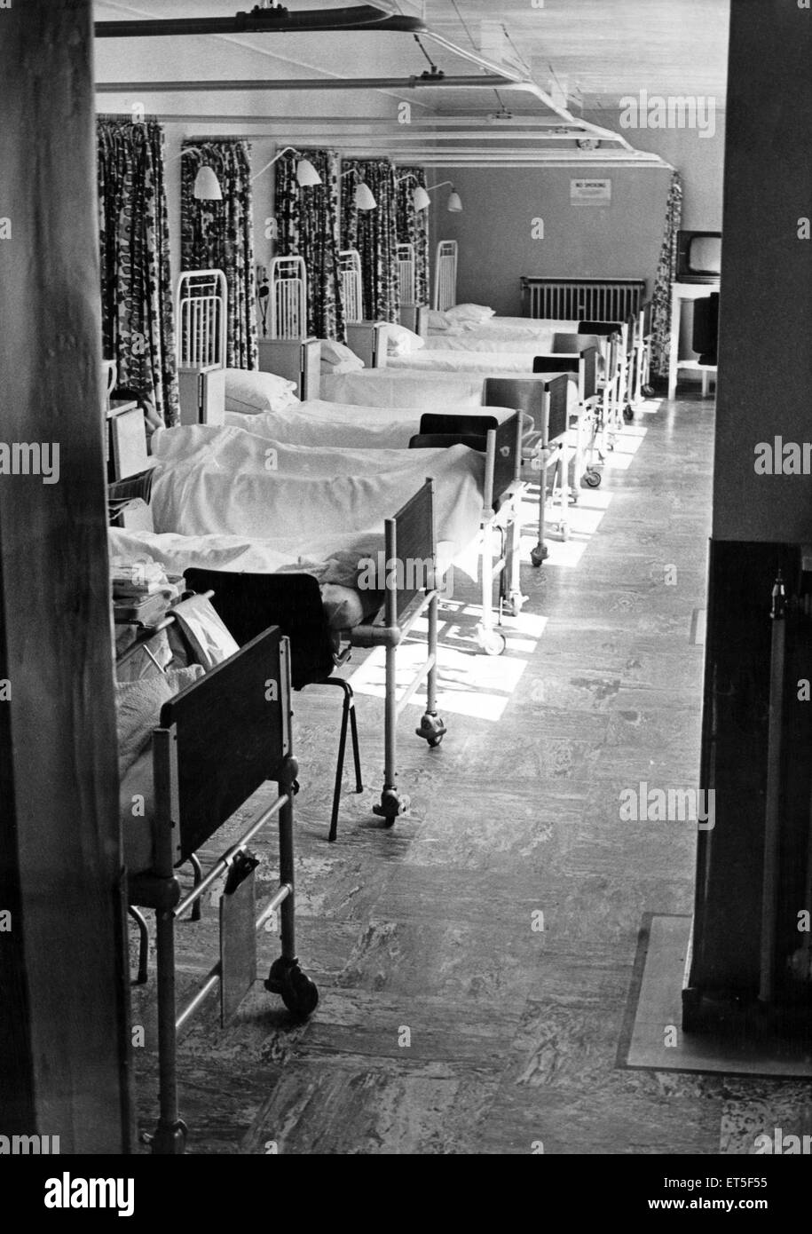 A ward in Preston Hospital, North Shields, Tyne and Wear. 19th August 1974. - Stock Image