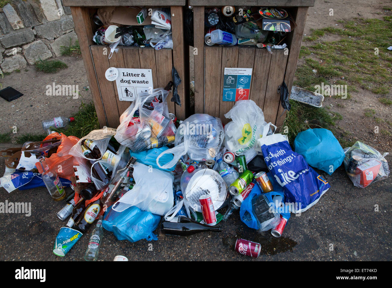 A litter bin overflowing with rubbish - Stock Image