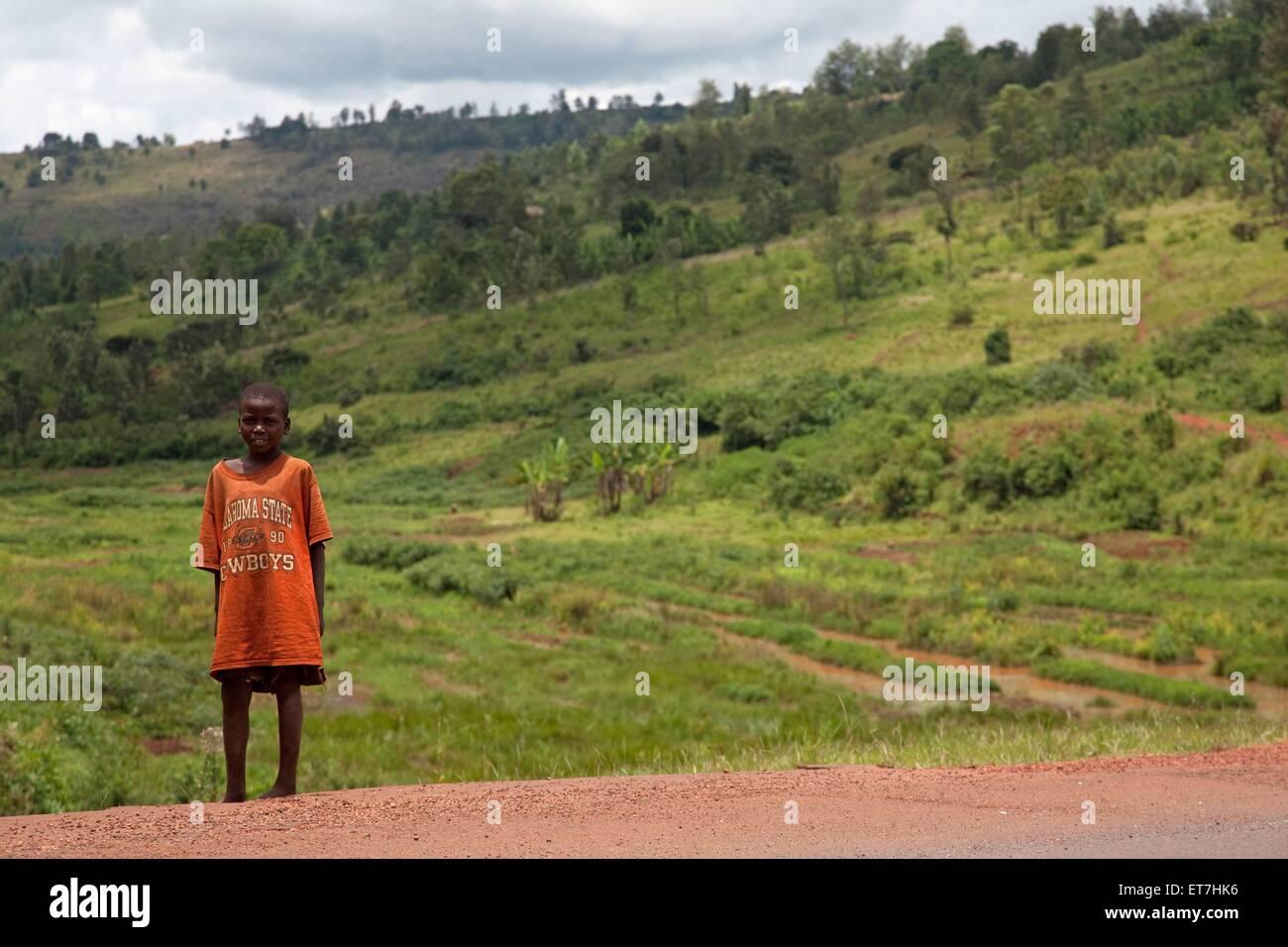 ein kleiner Junge steht vor bestellten Feldern am Rande einer Strasse, Burundi, Kirundo, Kirundo | little boy standing - Stock Image
