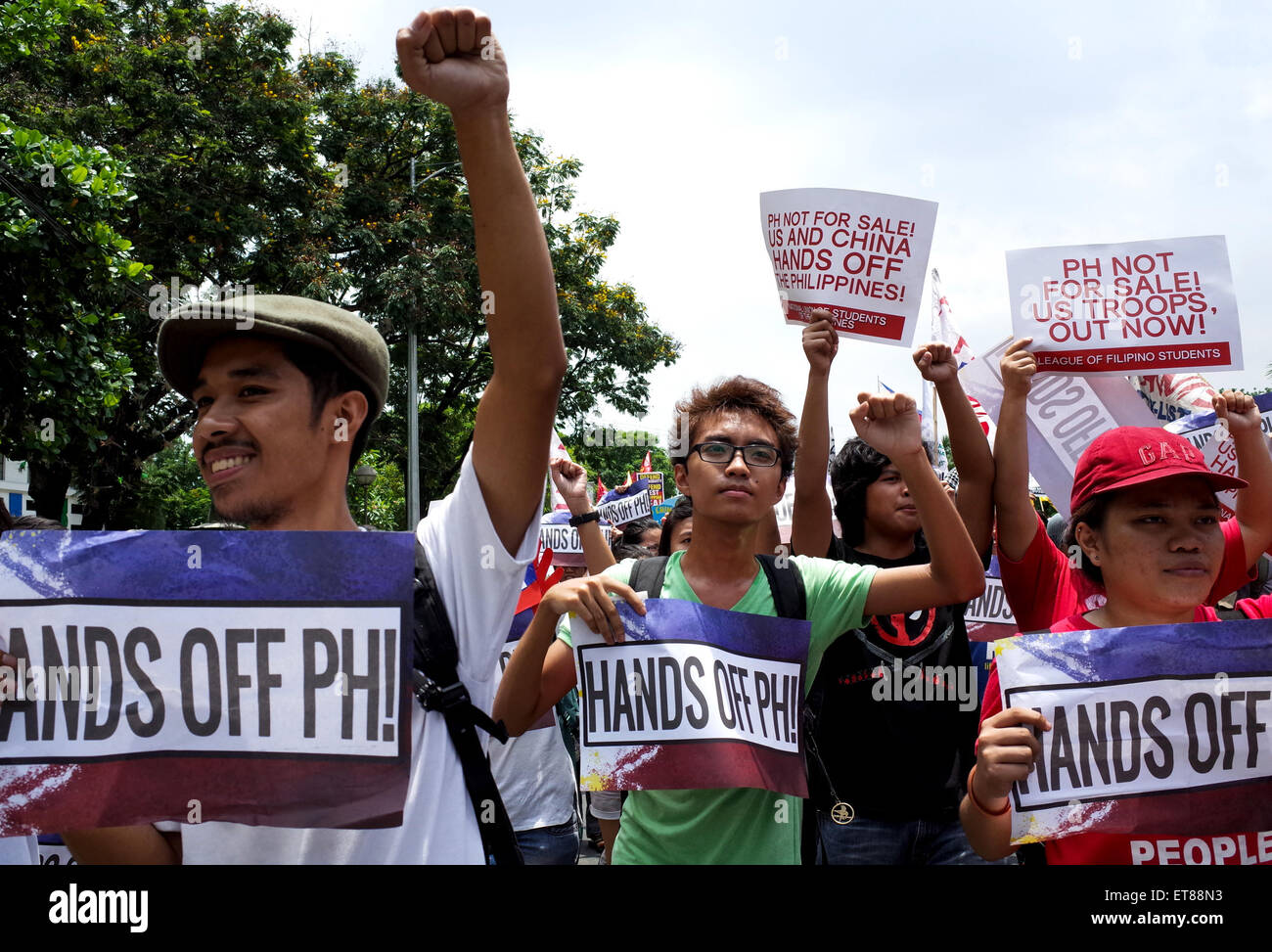 Manila, Philippines. 12th June, 2015. Protesters march towards the US embassy in commemoration of the 117th of Philippine - Stock Image