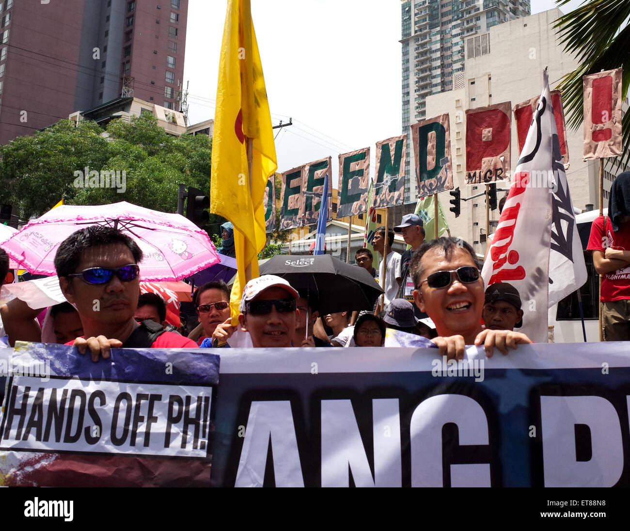 Manila, Philippines. 12th June, 2015. Protesters listen to a speaker during a protest action outside the US Embassy - Stock Image