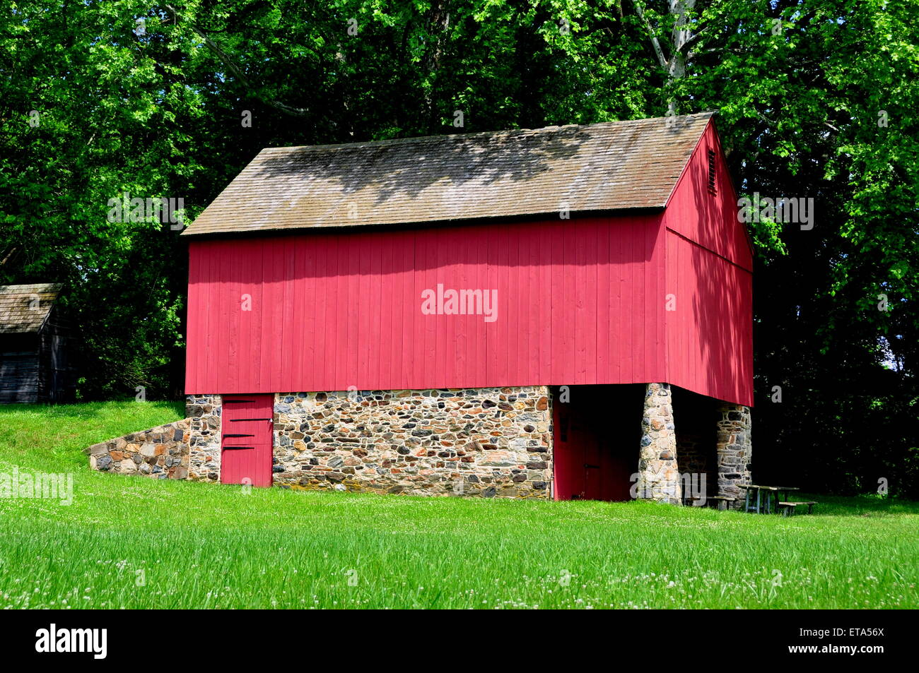 Chadds Ford, Pennsylvania:  Fieldstone and wooden barn at the Gideon Gilpin House in Brandywine Battlefield - Stock Image