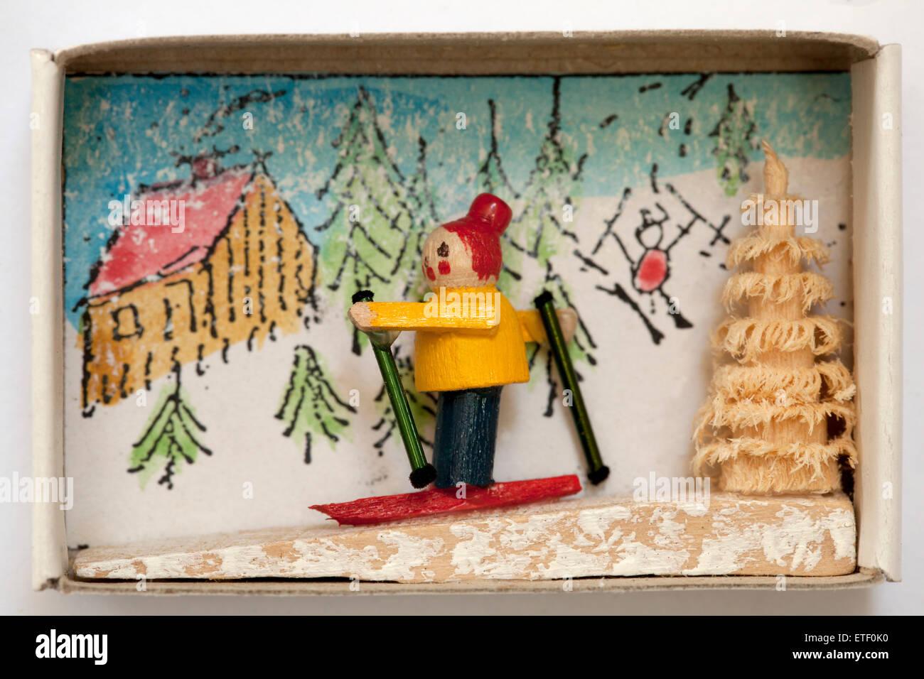 Vintage Matchbox containing hand made wood folk art toy. Erzgebirgische Volkskunst in der Zundholzschachtel - Stock Image