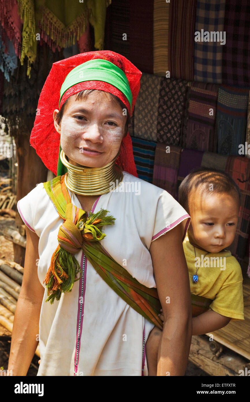 A Long Neck  woman and her child at the Hill Tribes settlement near Chiang Rai. - Stock Image