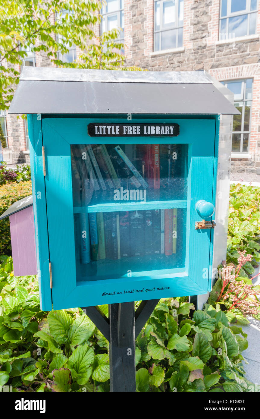 'Little Free Library' book swap case full of books. - Stock Image