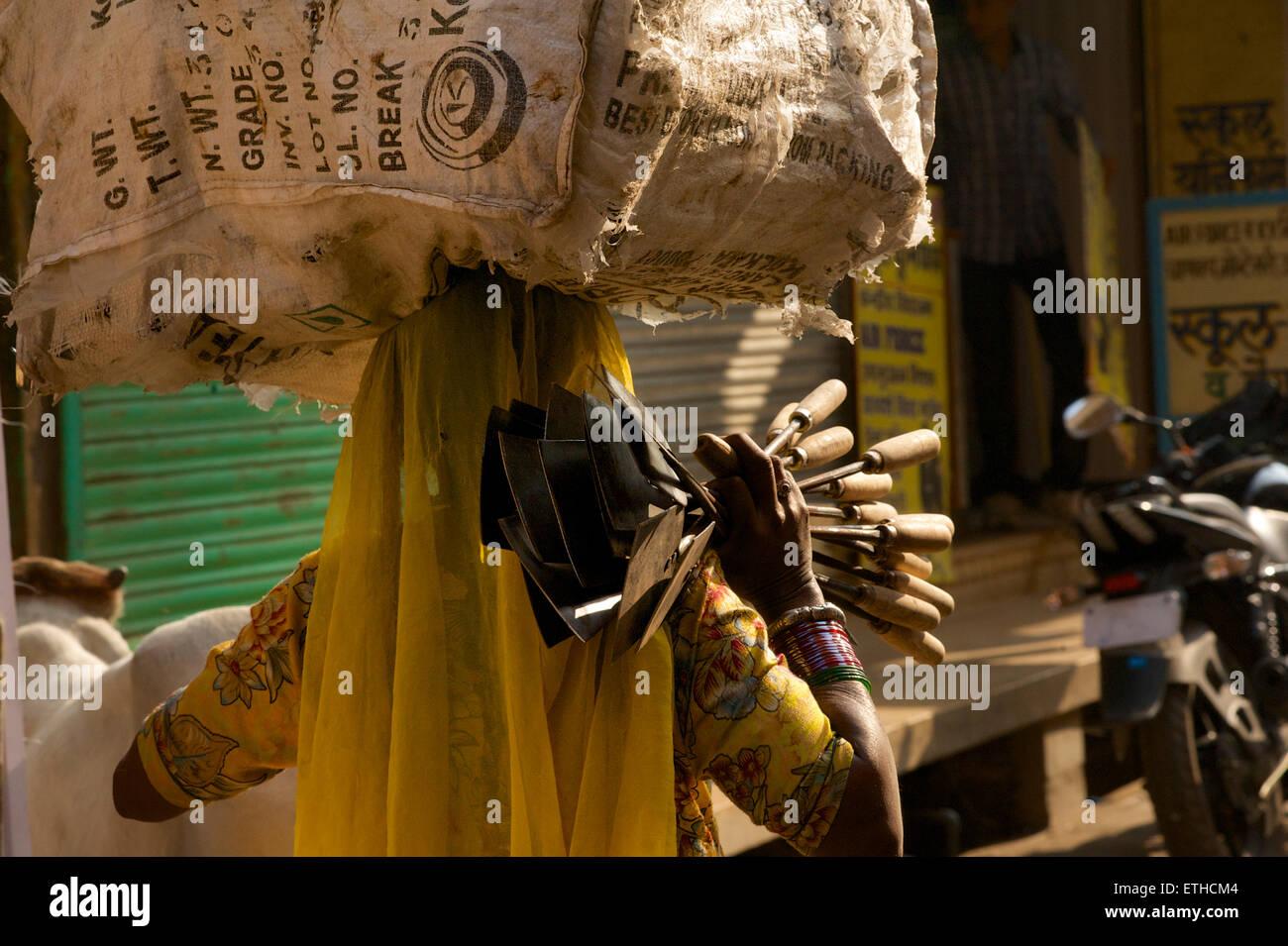 Indian woman in sari carrying goods at market, Jaisalmer, Rajasthan, India - Stock Image