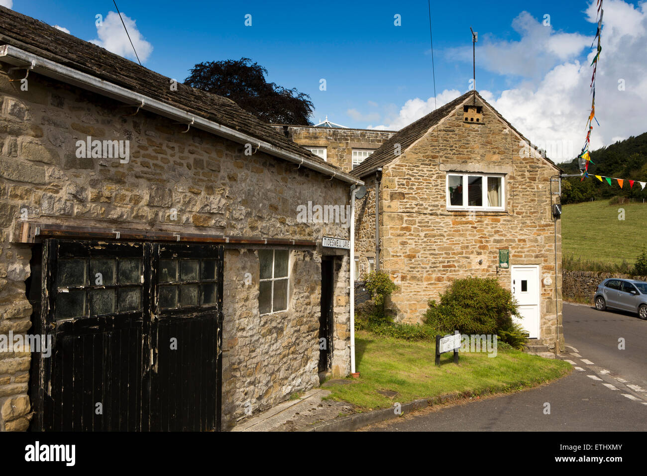 UK, England, Derbyshire, Eyam, Townhead, Tideswell Lane Ralph Wain's1735 silk weaving factory, with dovecote in - Stock Image