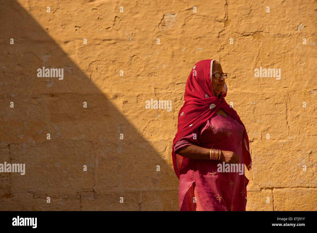 Indian woman in brightly coloured sari, Jodhpur, Rajasthan, India - Stock Image