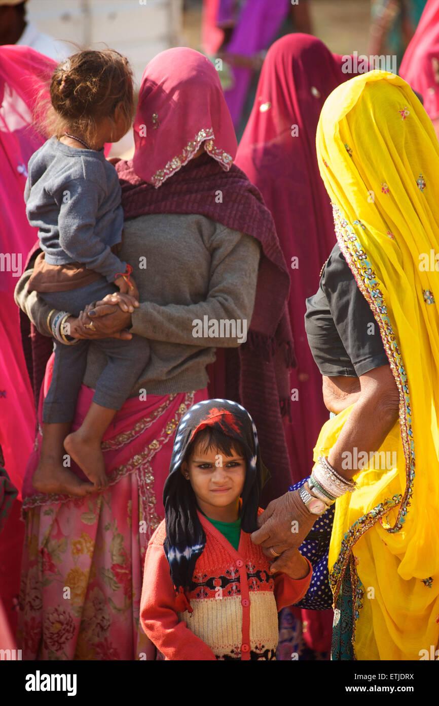 Rajasthani women in colourful saris and children, Pushkar, Rajasthan, India - Stock Image