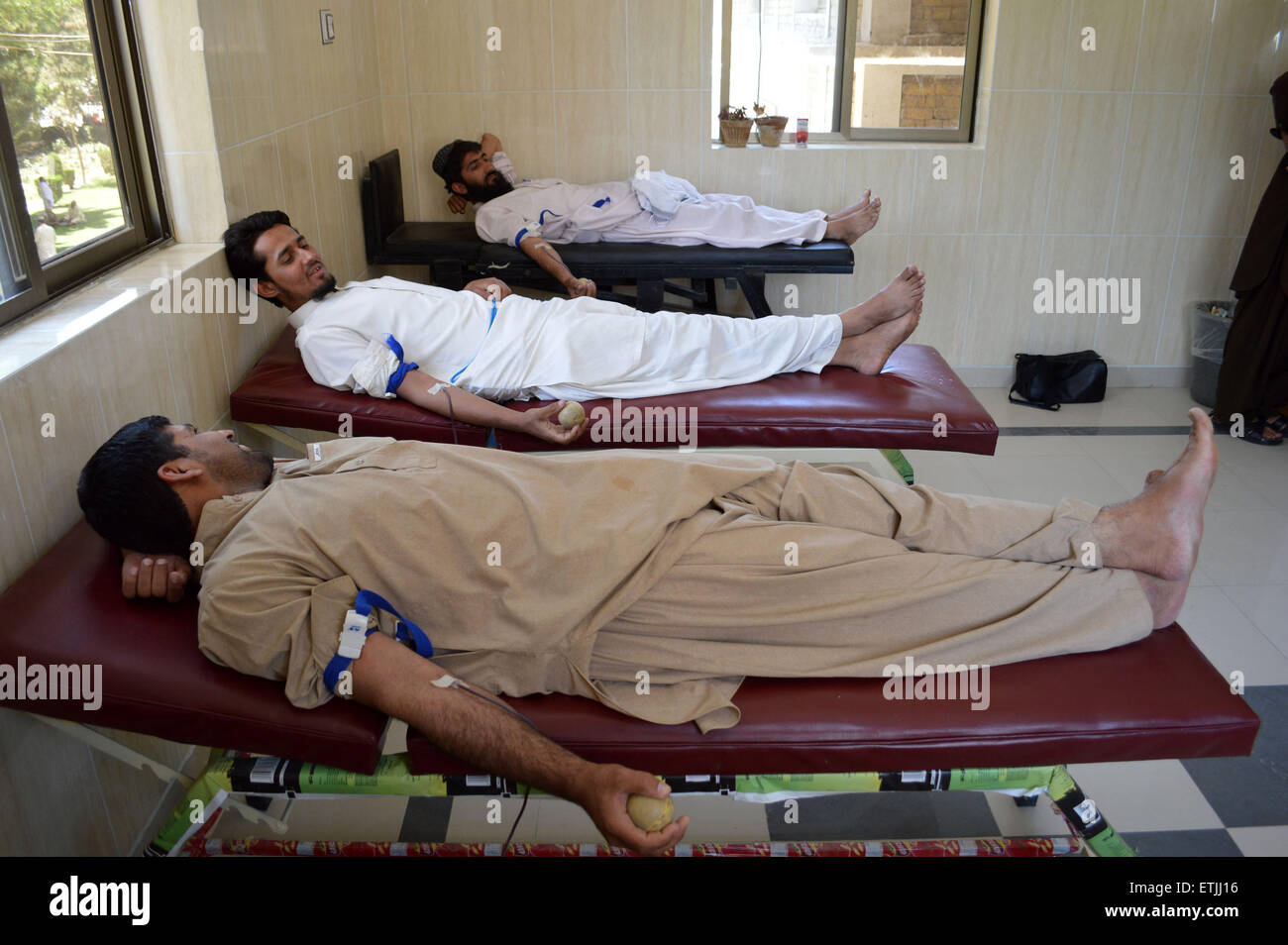 Quetta. 14th June, 2015. People donate blood on the occasion of the World Blood Donor Day in southwest Pakistan's - Stock Image