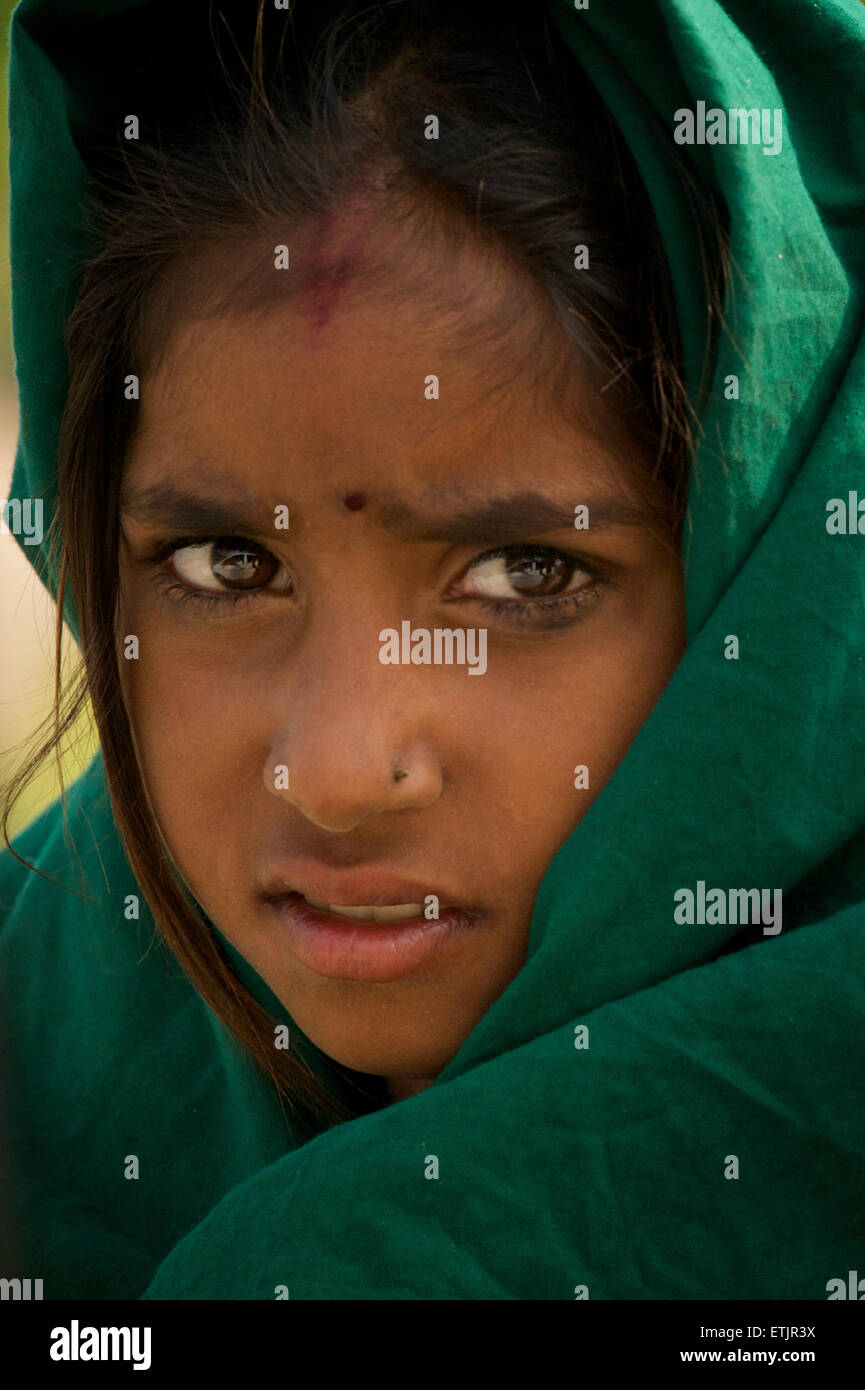 Portrait of Indian girl with green headcloth. Rajasthan, India - Stock Image