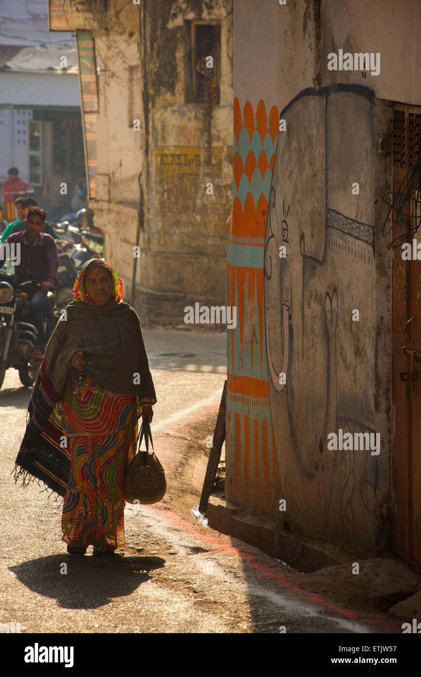Indian woman in colurful dress. Street scene, Udaipur, Rajasthan, India - Stock Image