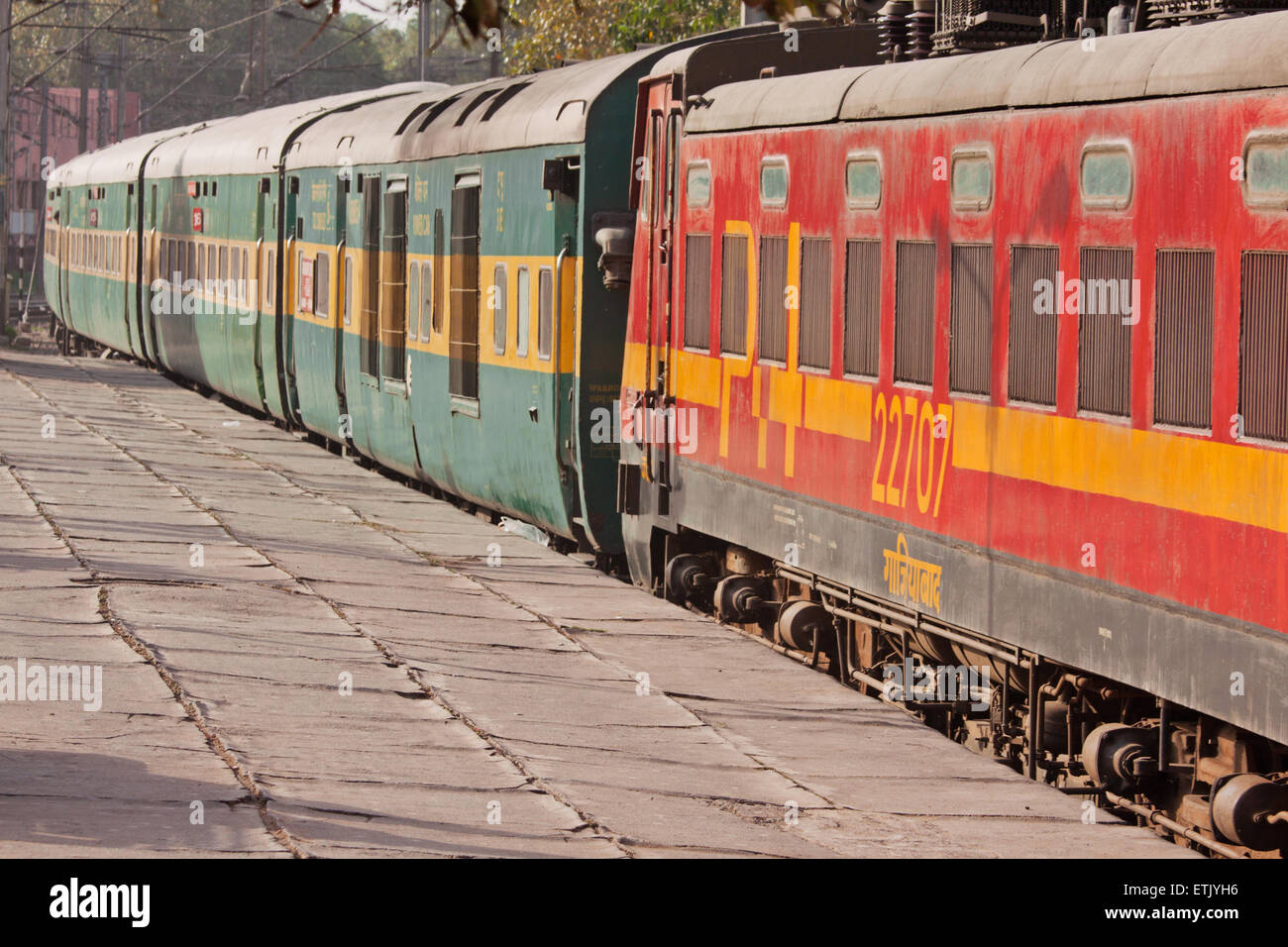 Train carriages displaying the distinctive livery of the Northern division of Indian railways in New Delhi - Stock Image