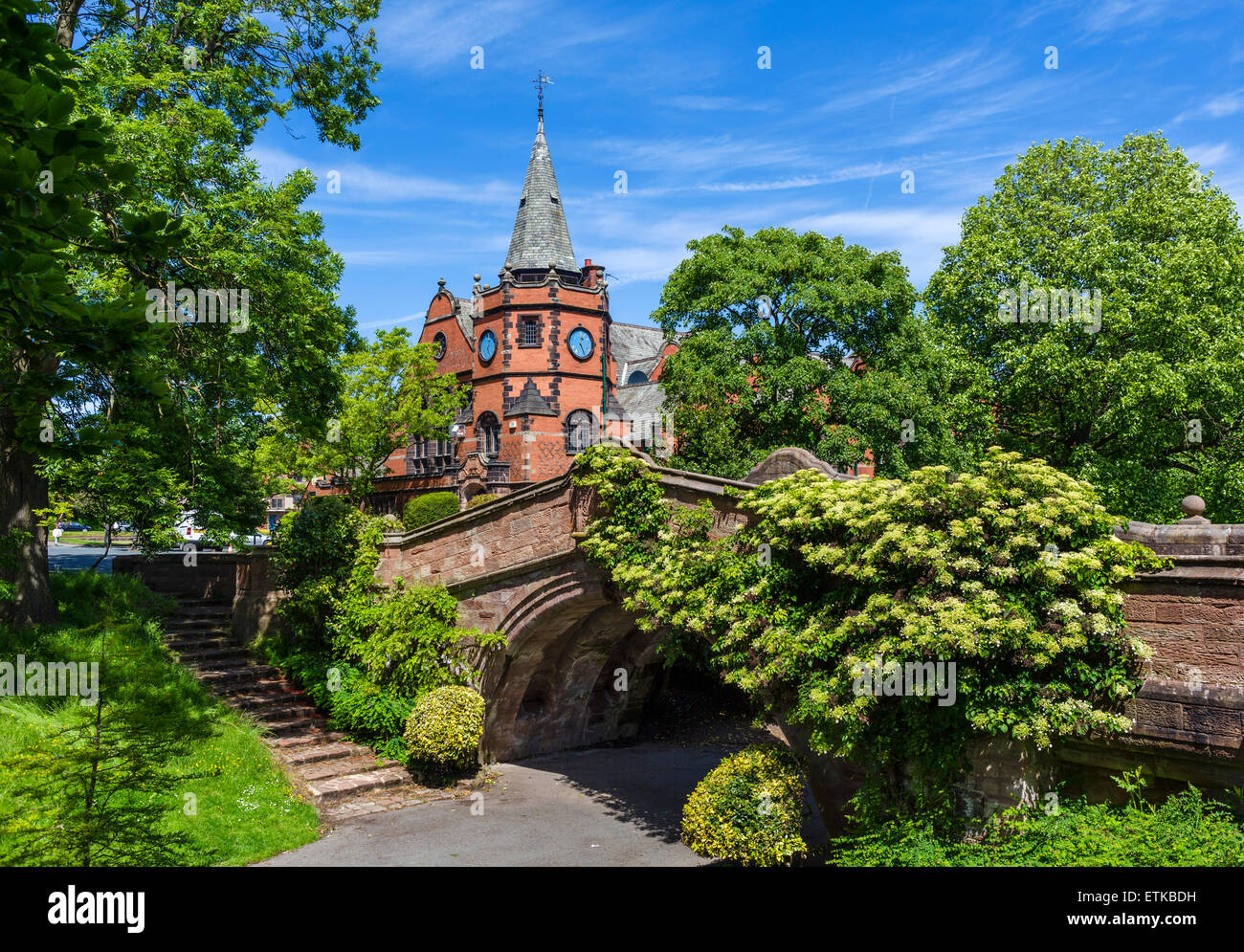 The Dell Bridge with the Lyceum behind in the model village of Port Sunlight, Wirral Peninsula, Merseyside, England, - Stock Image